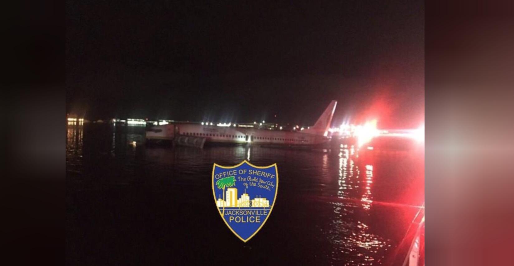 Un avion cu 143 de oameni la bord a ratat aterizarea în SUA și a ajuns într-un râu. Ce au pățit pasagerii