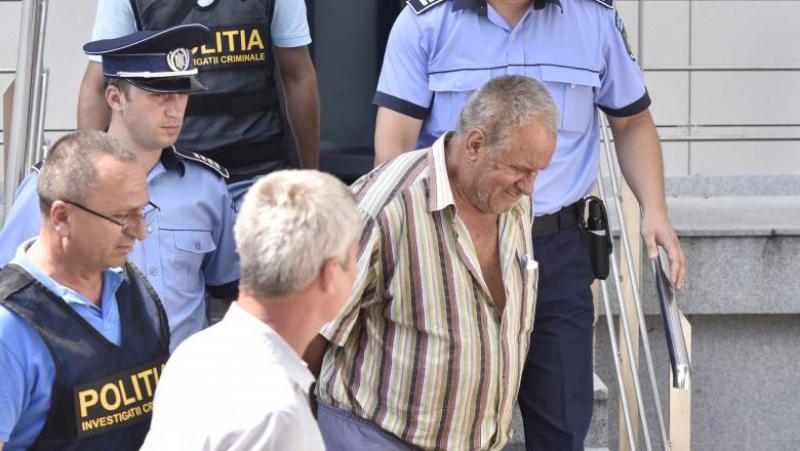 Gheorghe Dincă a zâmbit în timp ce cobora scările Tribunalului Dolj, după ce a aflat că a fost arestat preventiv. Foto: Inquam Photos / Bogdan Dănescu