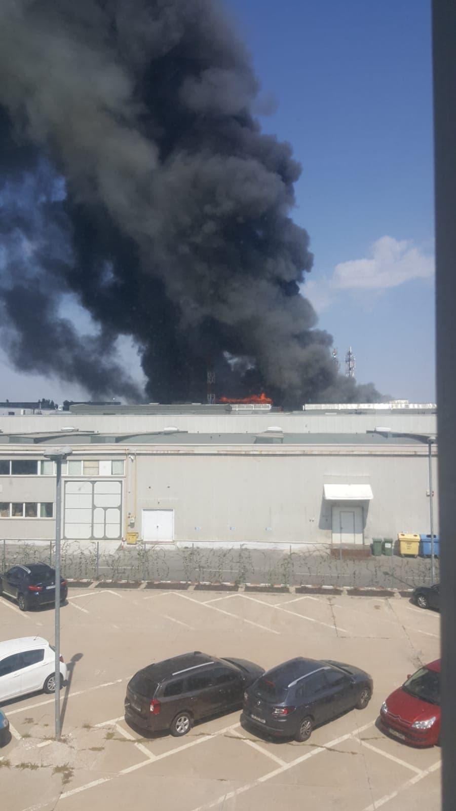 Incendiu puternic în Zona Pipera din Capitală. Un nor de fum