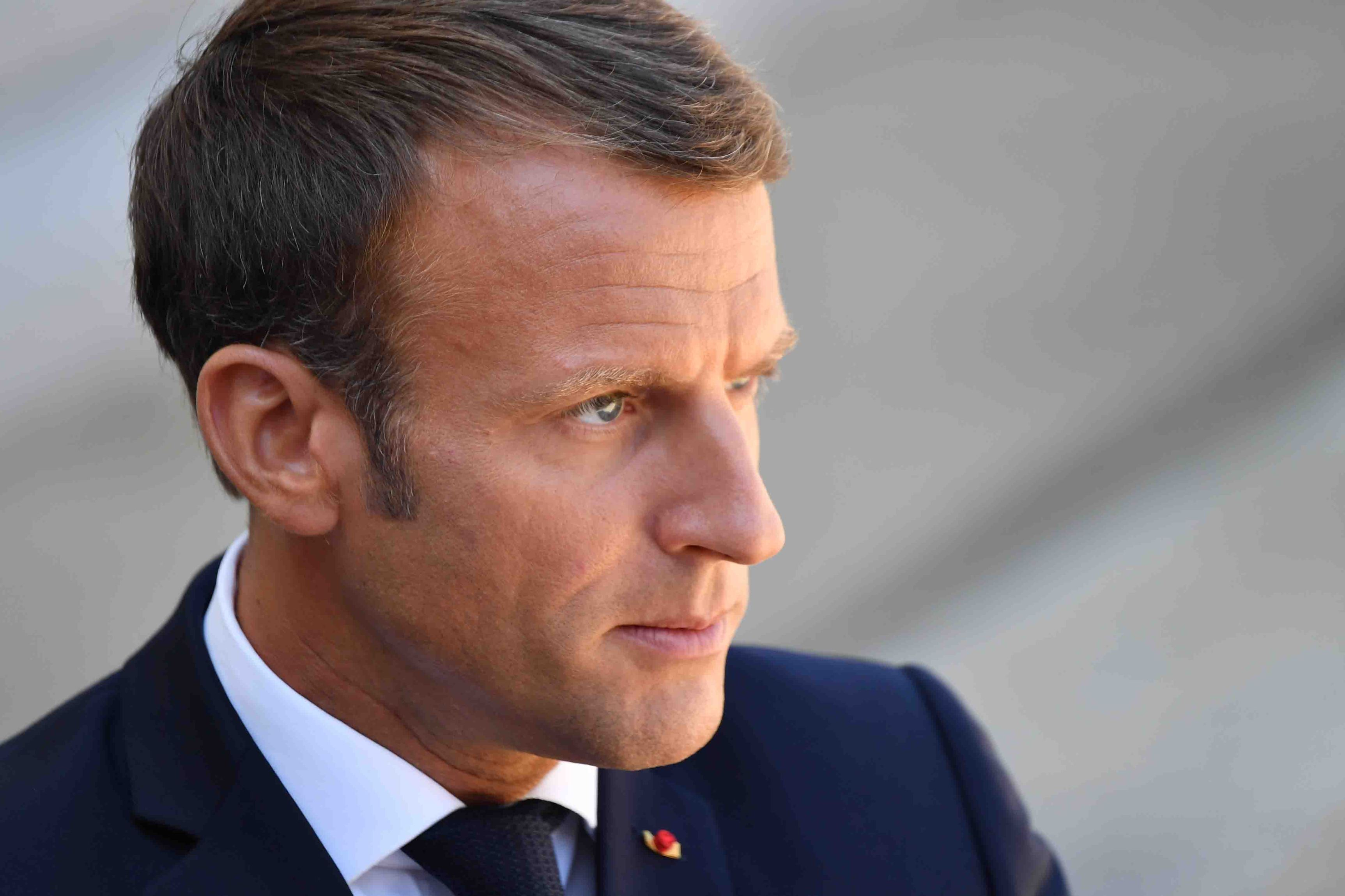 Franța închide toate școlile, cafenelele, mall-urile și unele magazine