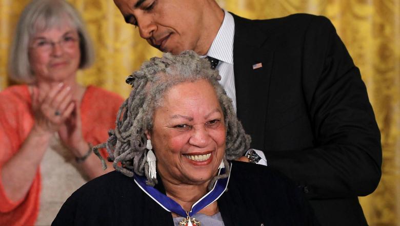 Scriitoarea Toni Morrison a fost decorată de președintele SUA cu Medalia Libertății în anul 2012. Sursa foto: digi24.ro