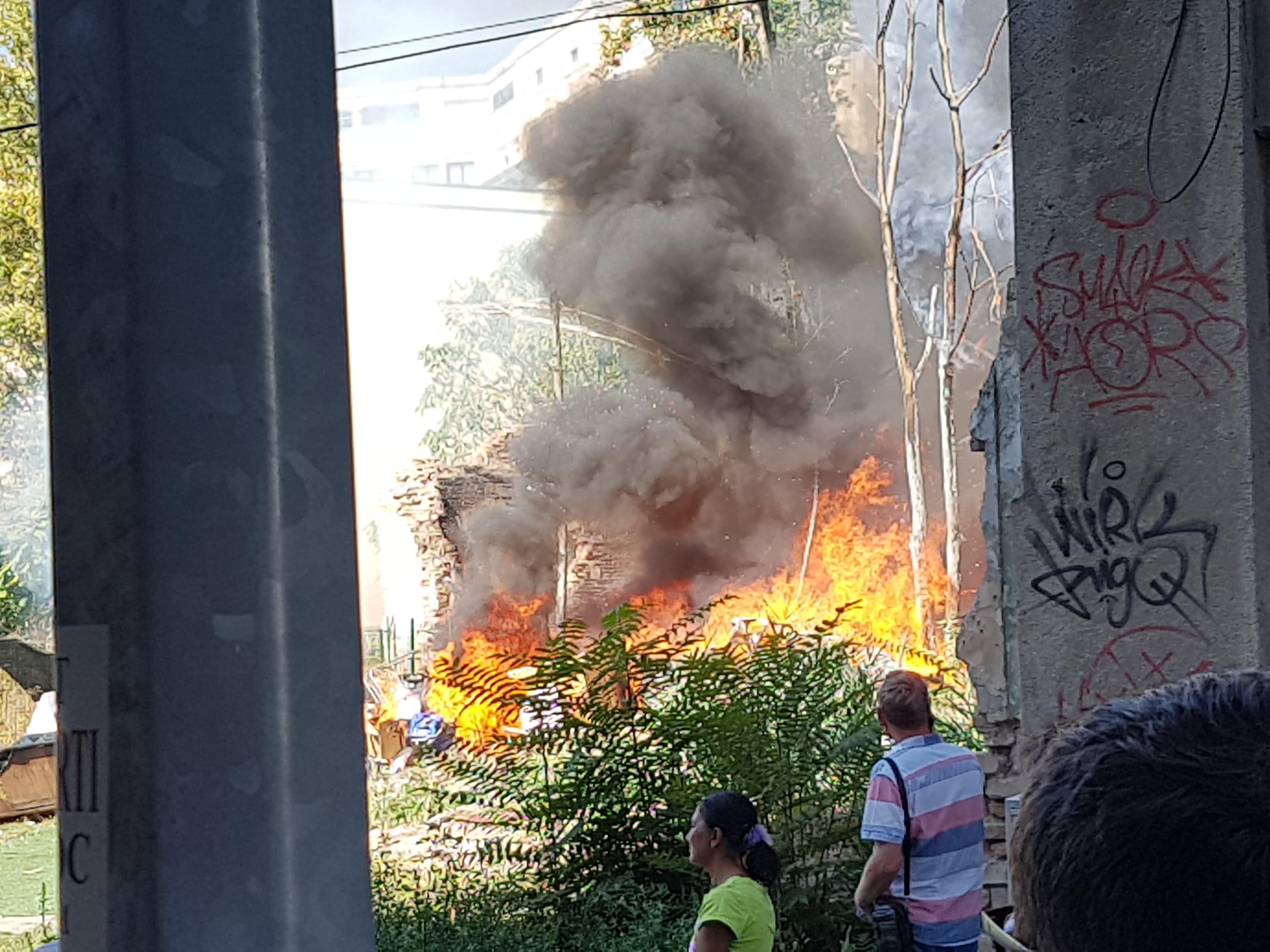 Incendiu în centrul Capitalei. Niște obiecte abandonate au loc foc
