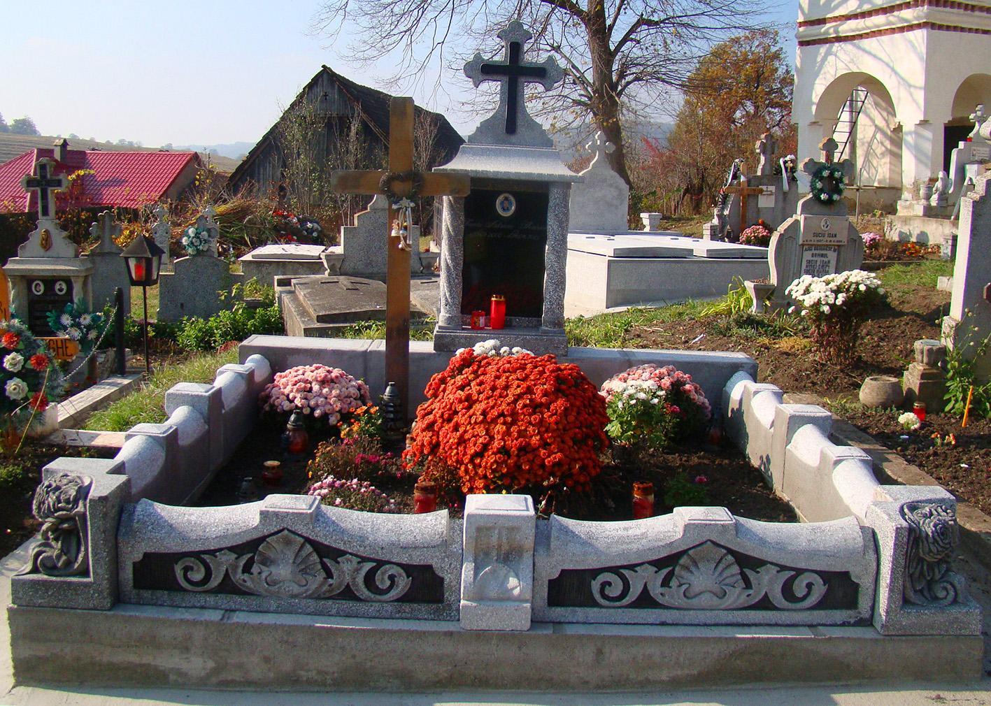 Bărbat găsit spânzurat de o cruce, în cimitir