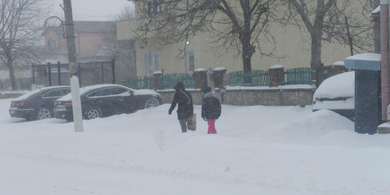 Vremea face ravagii în România: școli închise, drumuri blocate și trenuri anulate