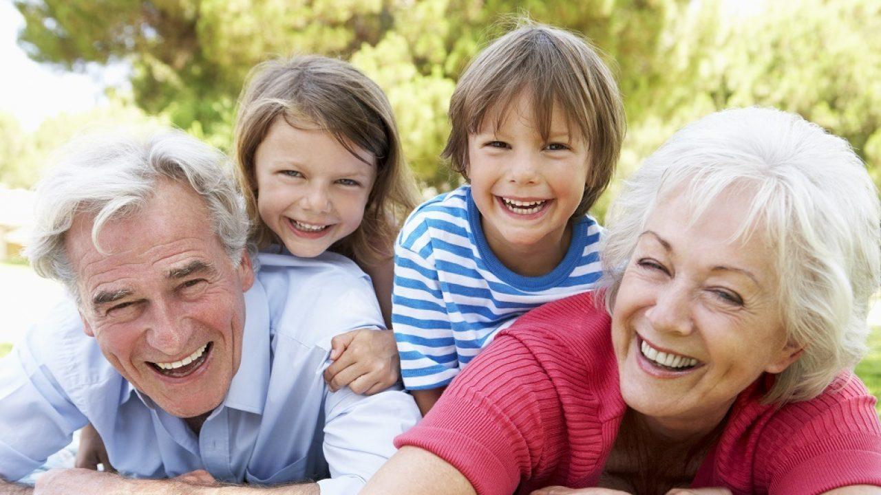 Pensionarii care își cresc nepoții primesc 650 în plus la pensie. Proiectul a fost adoptat de Senat