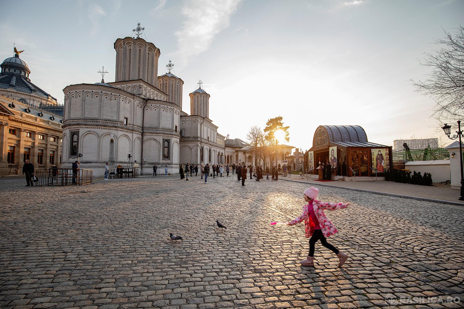Biserica Ortodoxă invită credincioșii să pună pomelnice online, să aprindă lumănări prin site și donații cu cardul