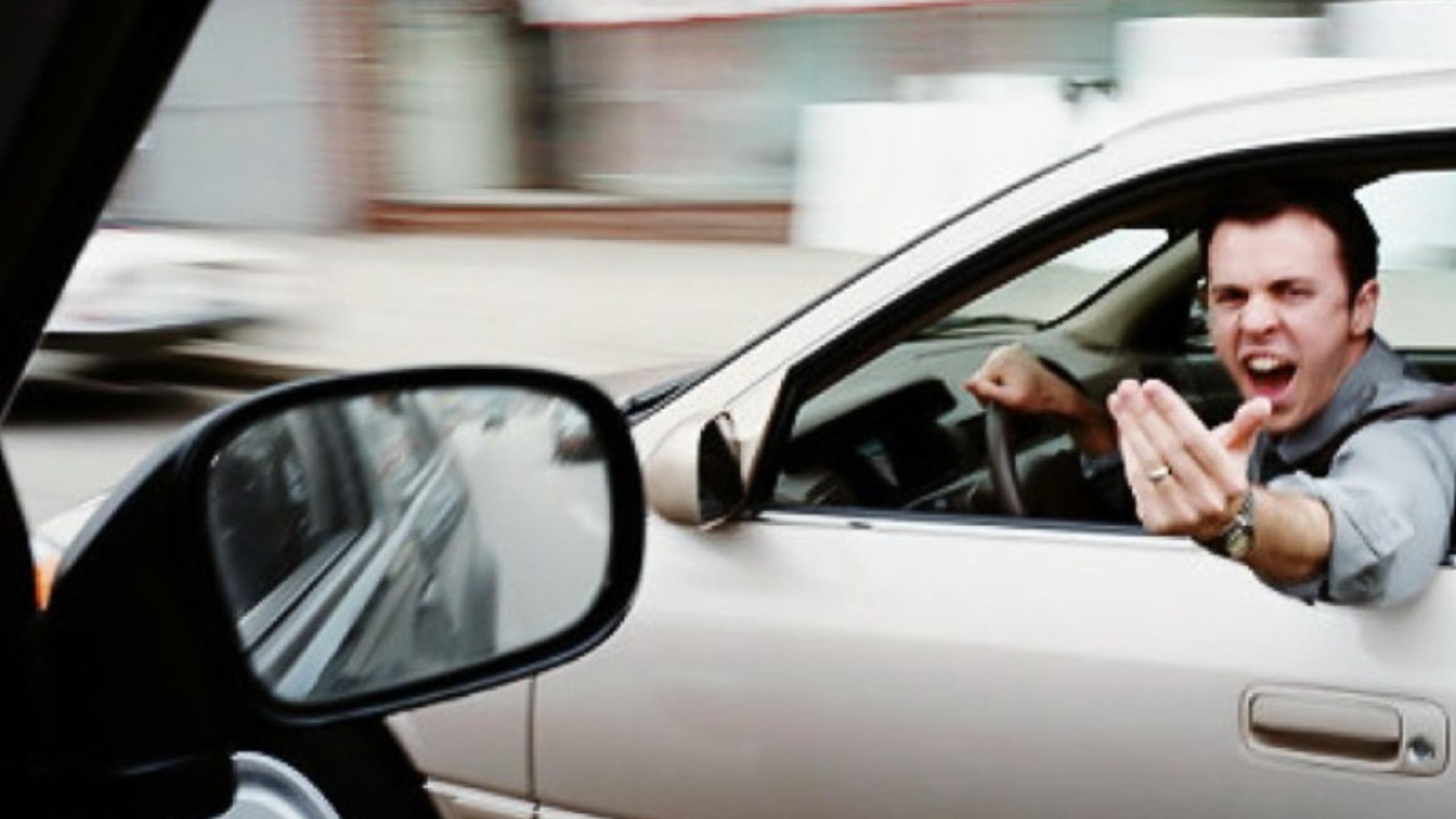 Un bărbat care a scuipat un șofer în trafic, în Capitală, prins de polițiști
