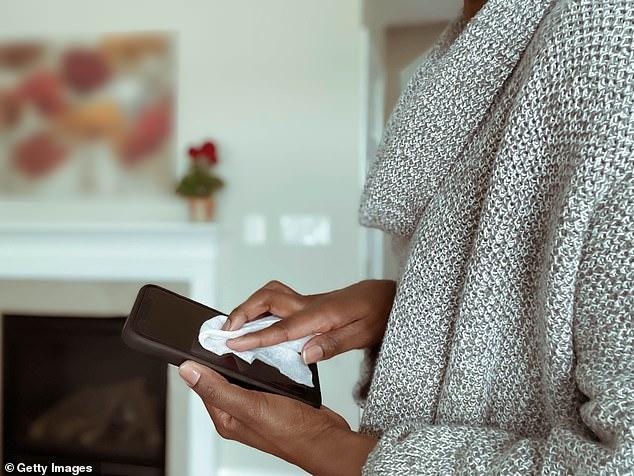 Telefon mobil sursa de infectare cu coronavirus dacă nu este dezinfectat