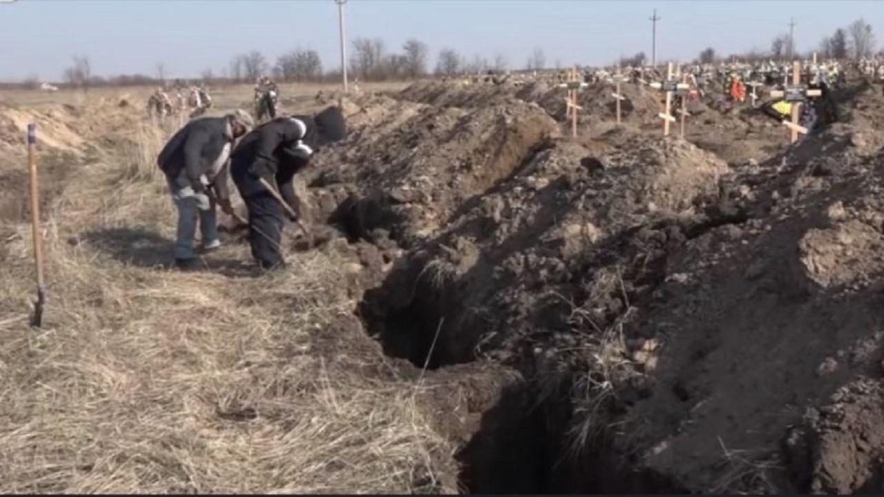 Un primar din Ucraina își sperie consătenii cu sute de morminte săpate