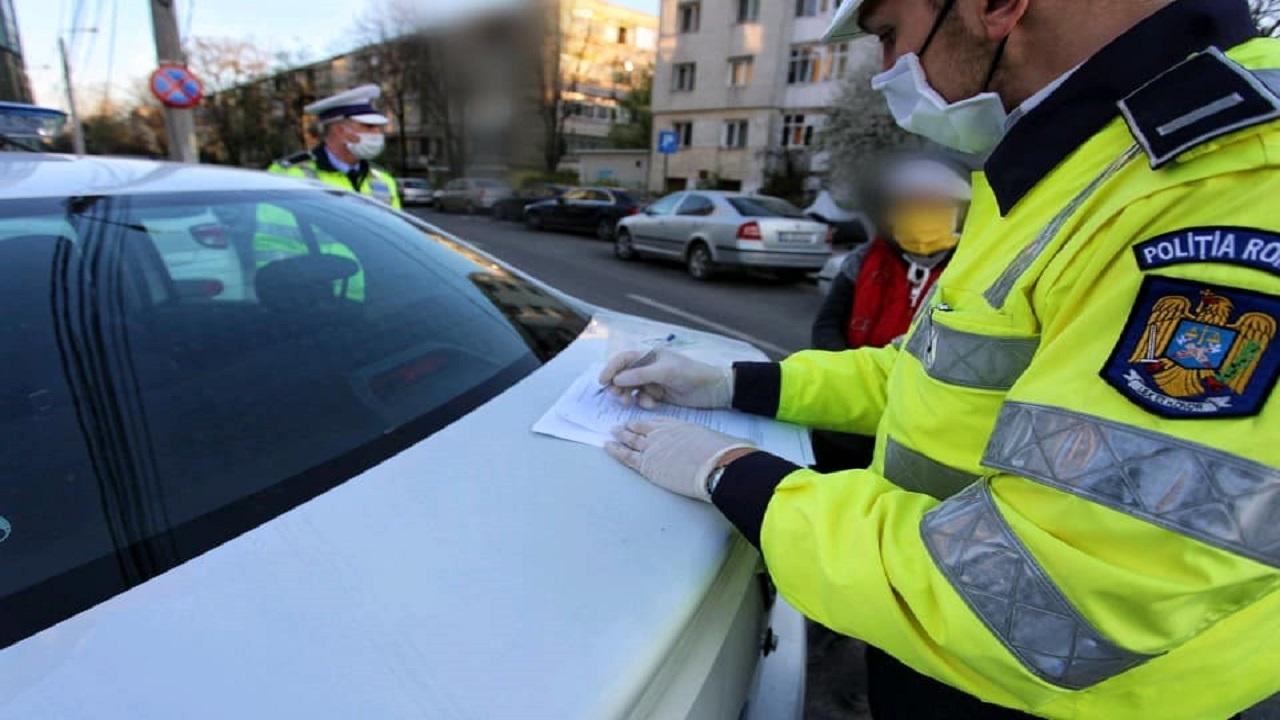 O femeie iese pe stradă fără mască sau declarație, iar polițiștii care o opresc impresionează
