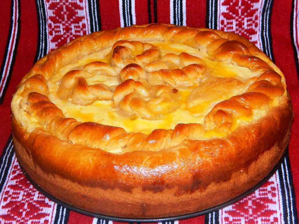 REȚETĂ PAȘTE: Pască umplută cu brânză dulce și stafide