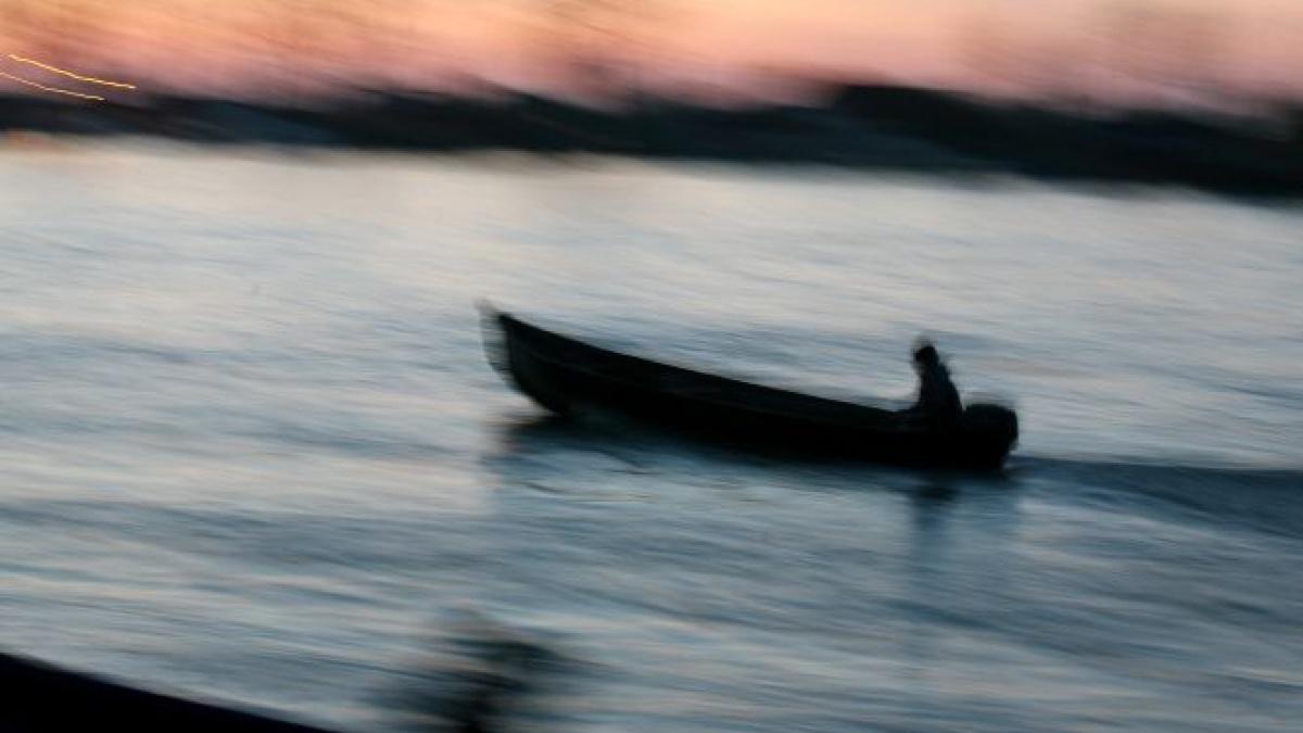 O barcă s-a răsturnat în Dunăre. Opt persoane, căutate în continuare