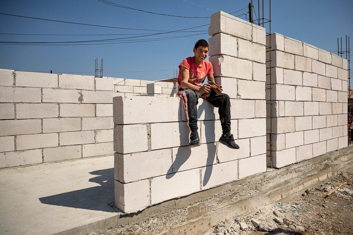 Un tânăr de 16 ani își construiește singur o casă