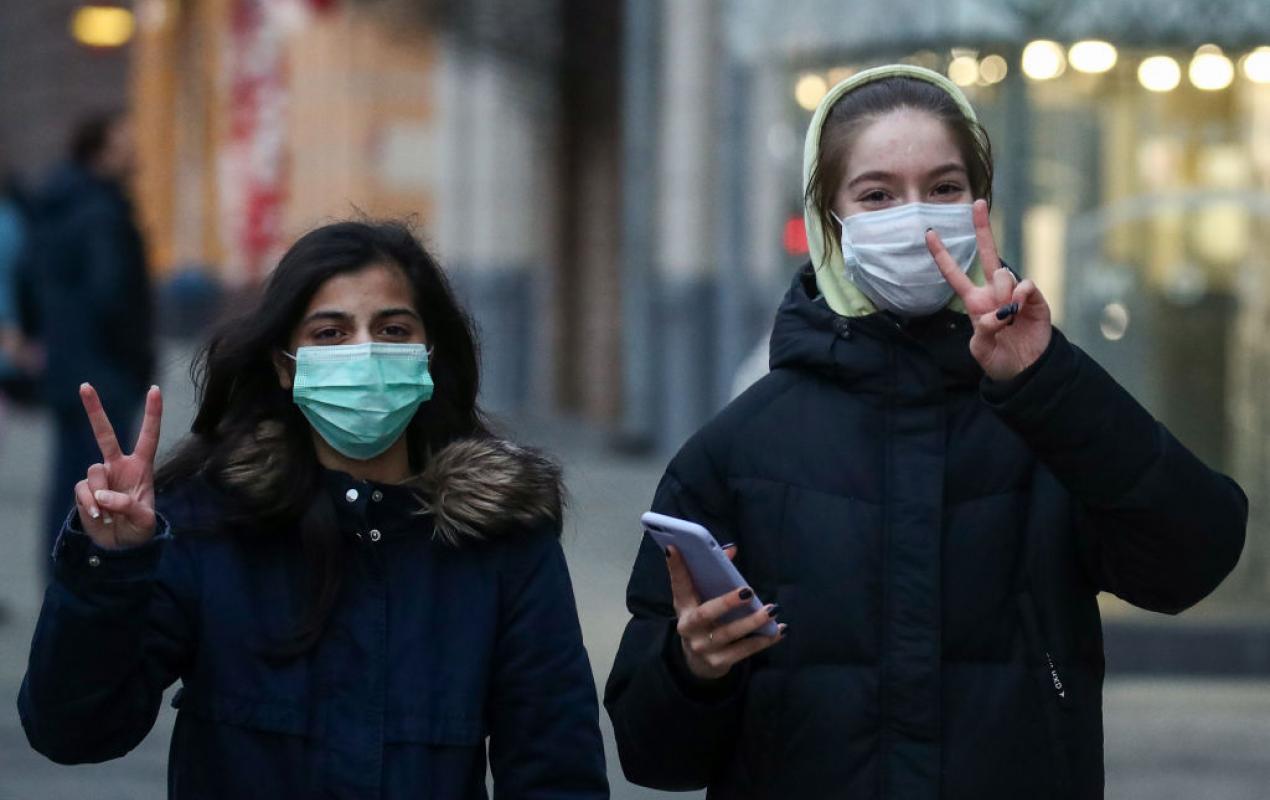 Specialiștii trag un semnal de alarmă: cât rezistă coronavirusul pe o mască de protecție