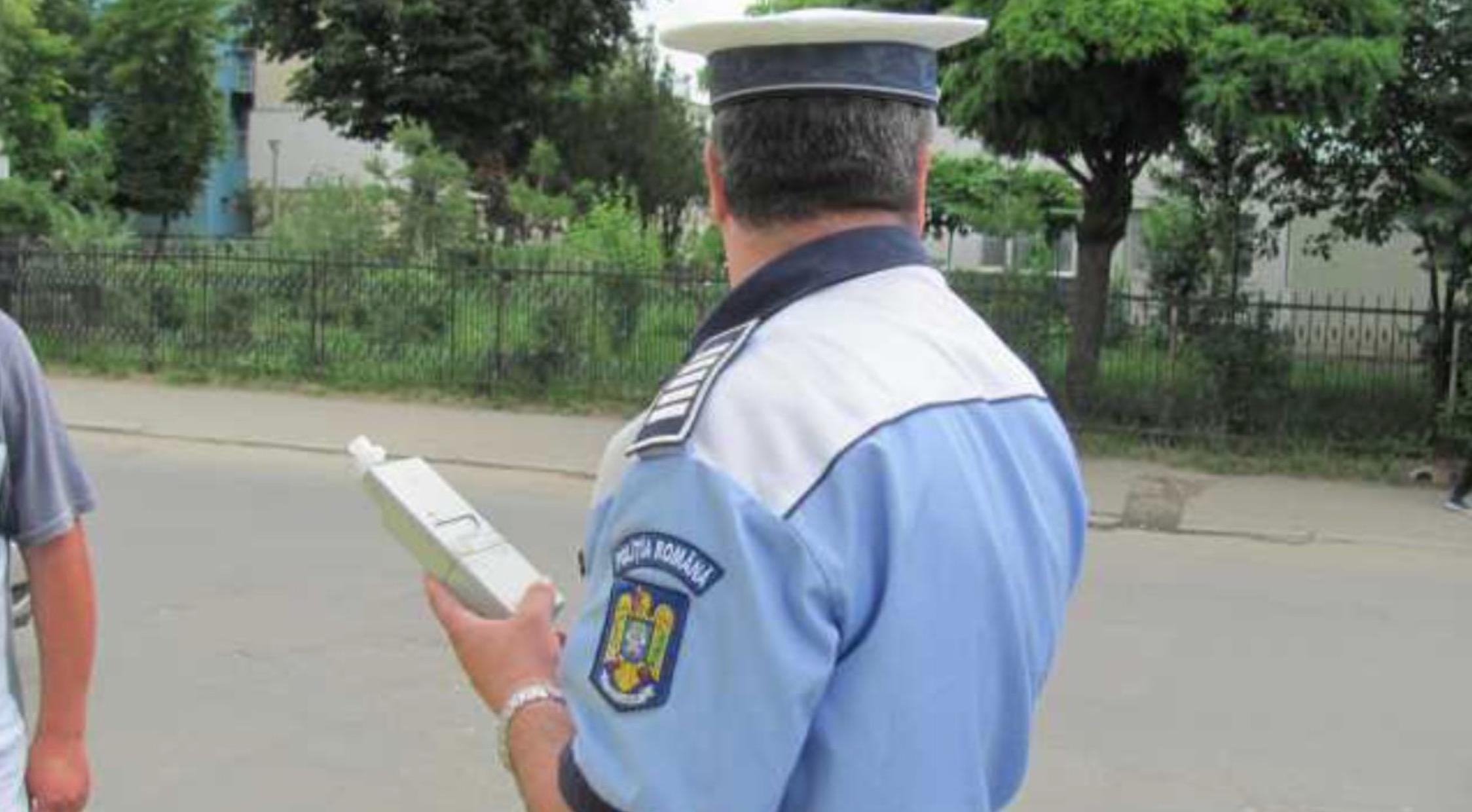 Polițist din Galați, filmat beat în timp ce cade din picioare. Imaginile s-au viralizat instant