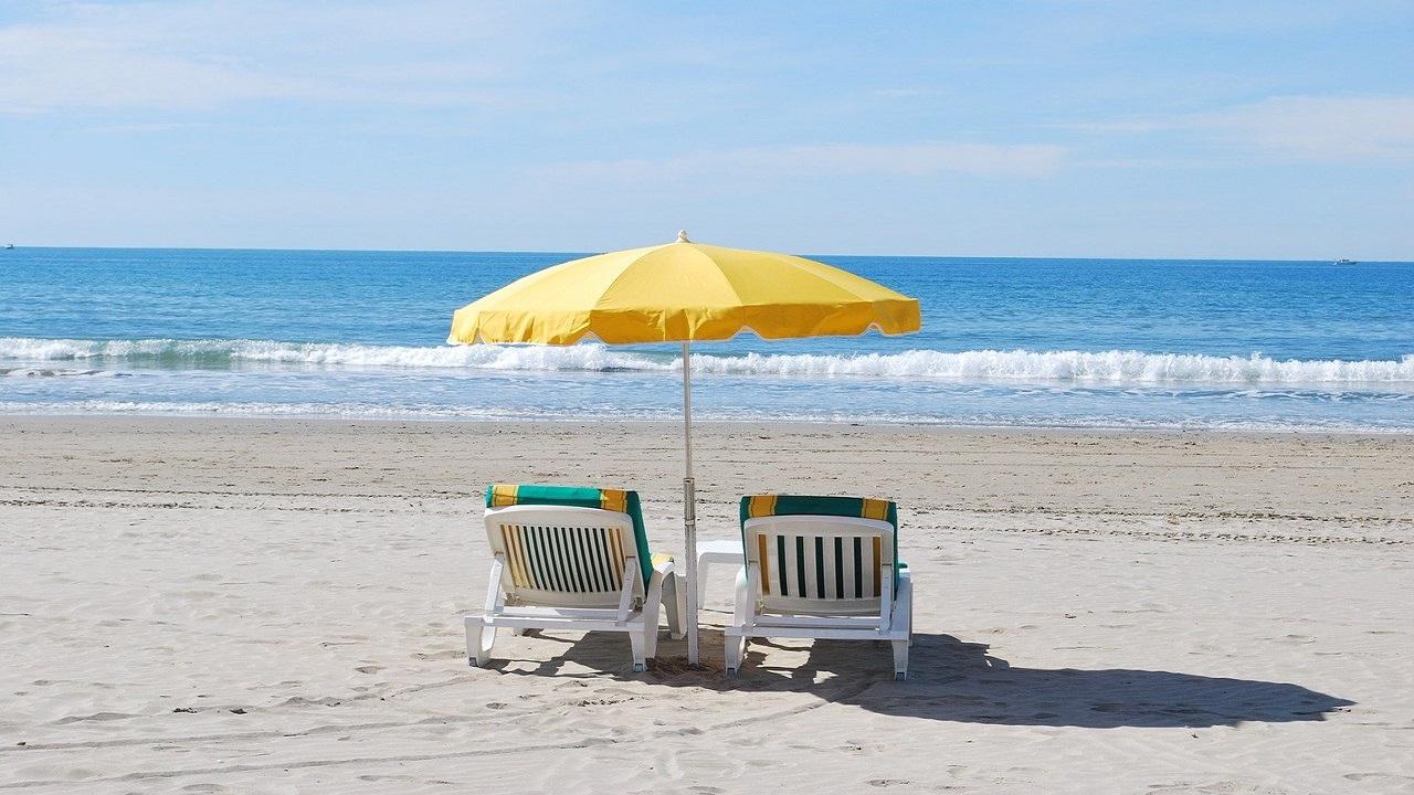 Pandemia poate schimba vacanțele: separeuri din plexiglas pe plajă