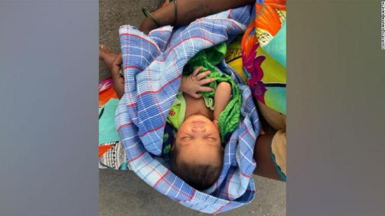 Săracii din India îndură condiții grele în timpul pandemiei. O femeie a născut și apoi a mers pe jos 160 km