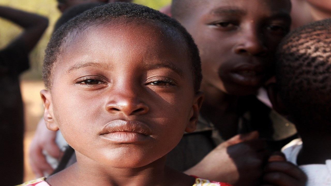 O femeie din Kenya fierbe pietre pentru a-și adormi copiii care cer mâncare