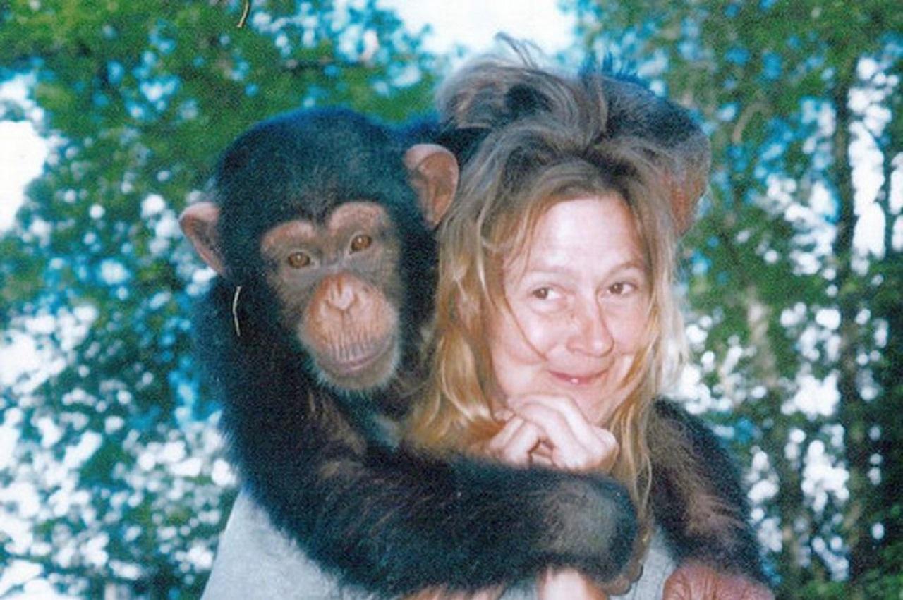 O femeie adoptă un cimpanzeu după ce i-a murit unicul fiu. După ani buni de pace, maimuța i-a distrus viața: ce i-a făcut