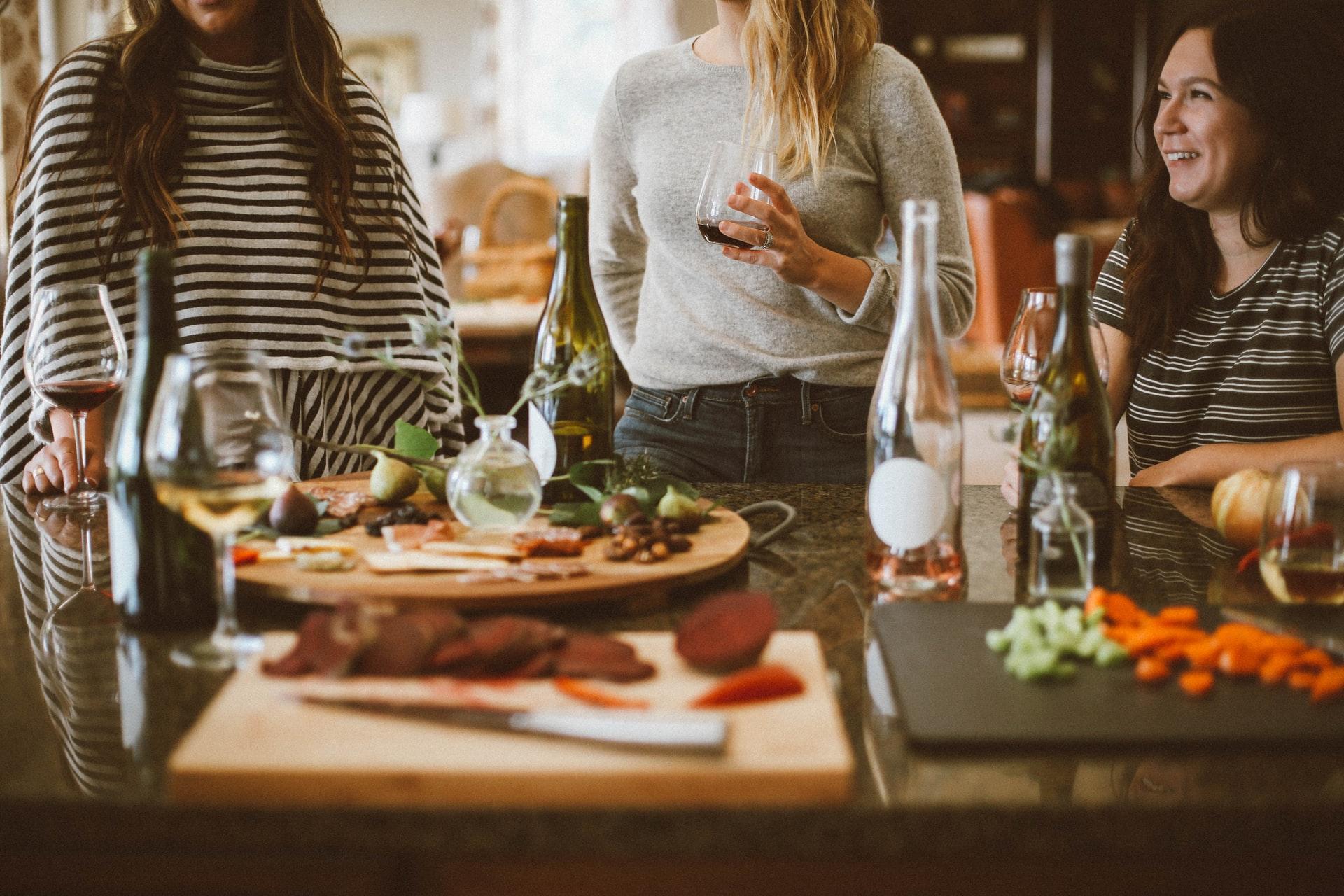 Câte persoane pot participa la o petrecere în apartament. Explicațiile lui Marcel Vela