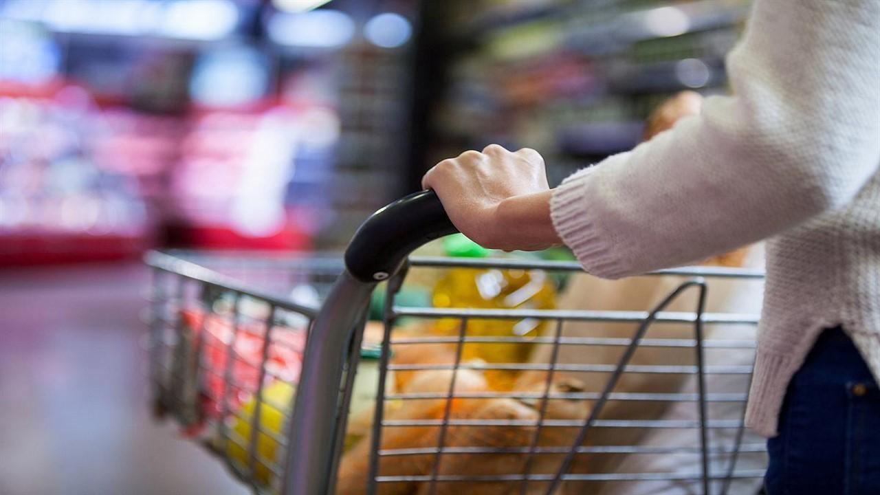 Veste bună pentru români! Unul dintre cele mai consumate alimente s-a ieftinit masiv