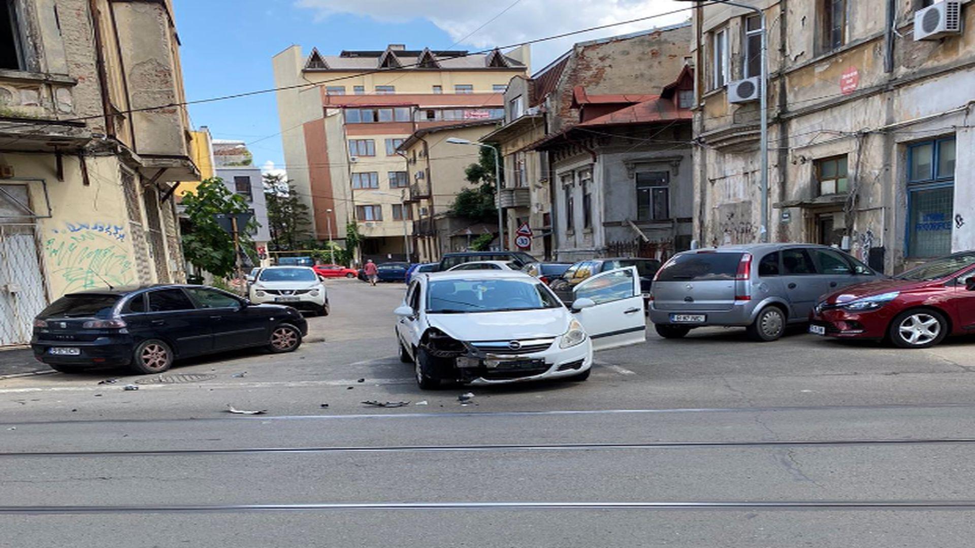 Accident rutier în București. Două mașini au fost implicate. Imagini de la fața locului