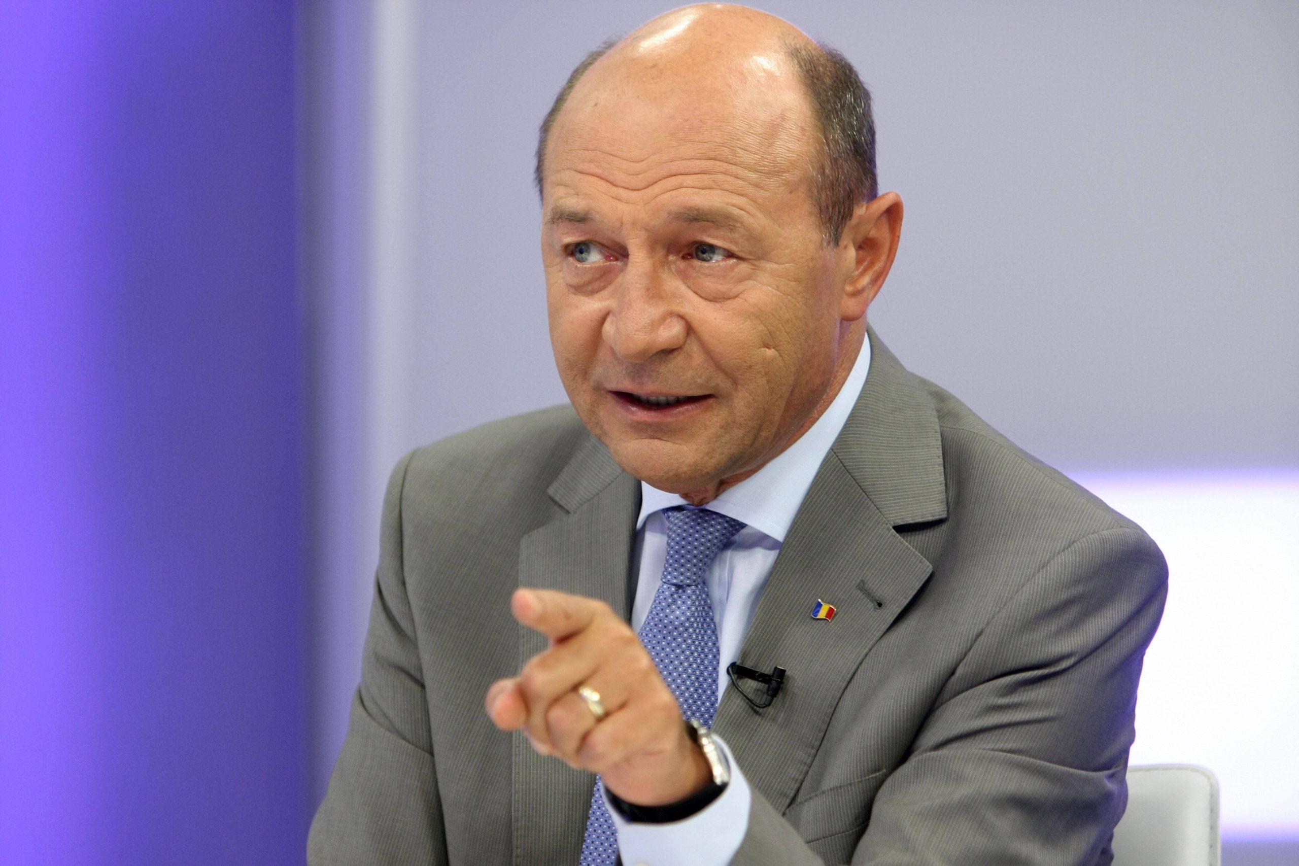 Traian Băsescu susține că starea de alertă nu este constituțională. Militează pentru reintroducerea carantinei