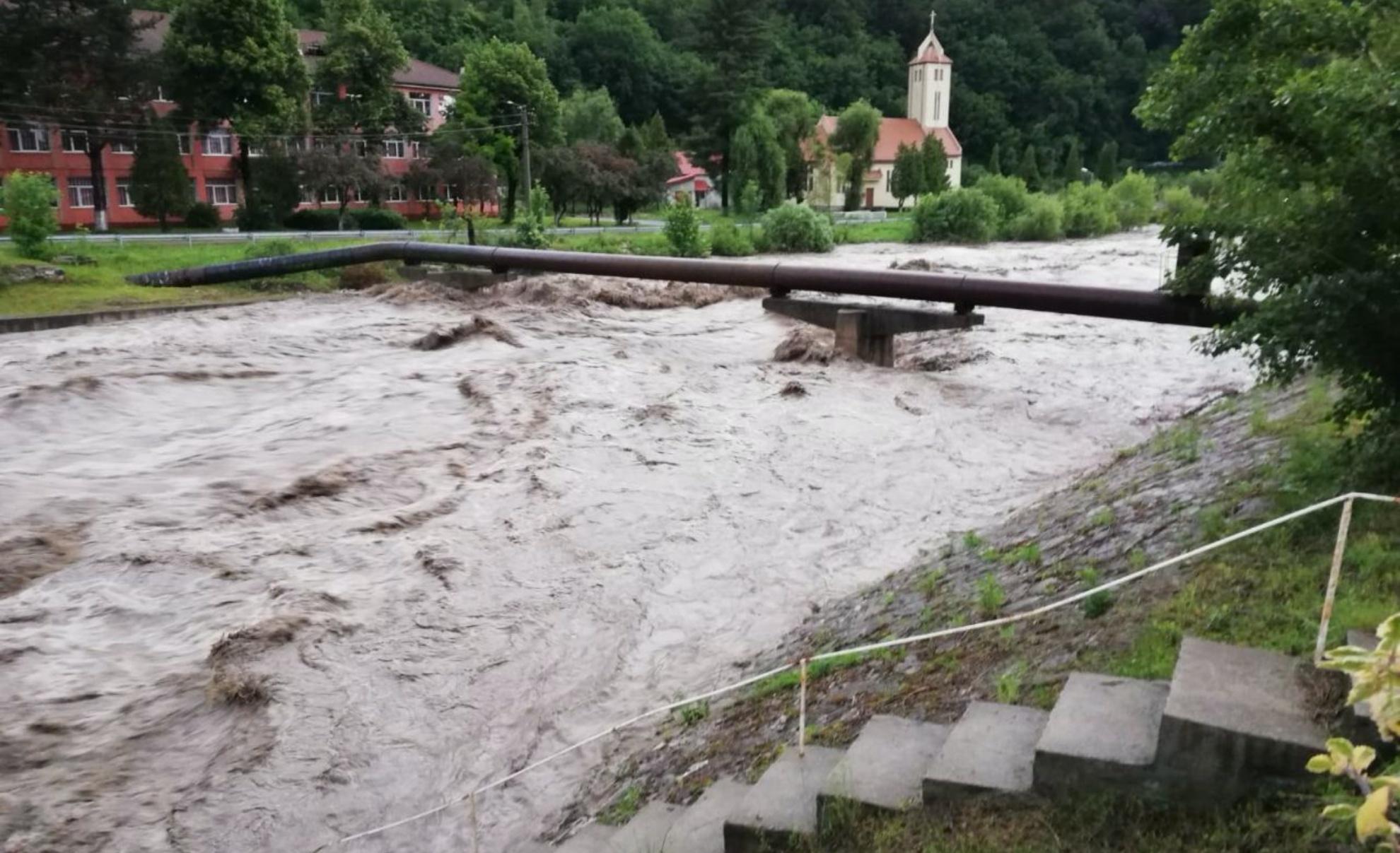Cod roșu și portocaliu de inundații în mai multe zone din România