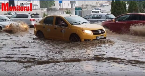 COD ROŞU de inundaţii: străzi şi gospodării inundate în urma ploilor torenţiale în Suceava şi Bistriţa - Năsăud