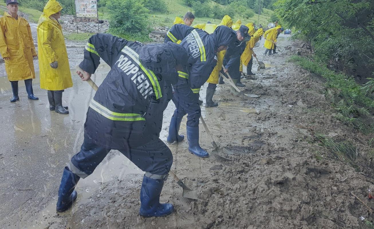 Inundațiile au distrus zeci de gospodării din țară
