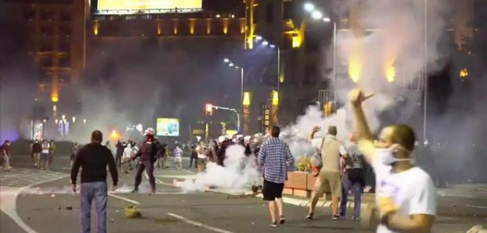 Revenirea la carantină a produs haos în Serbia! Proteste violente
