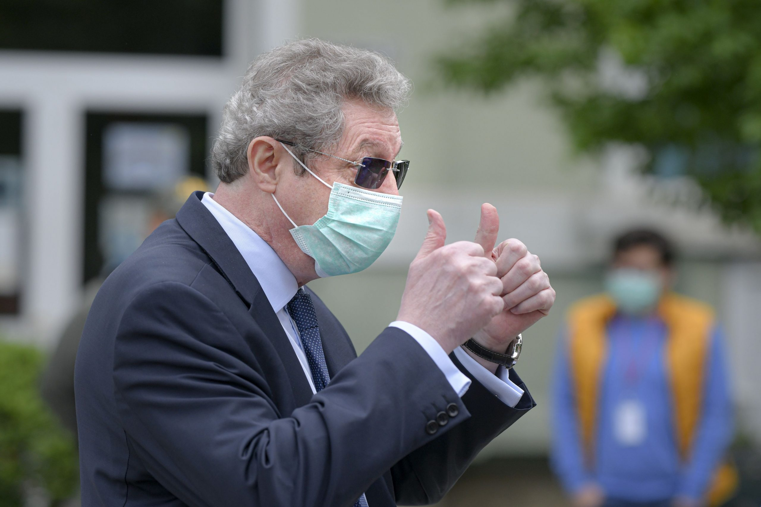 Masca de protecție poate scădea numărul de infectări. Anunțul făcut de Streinu-Cercel
