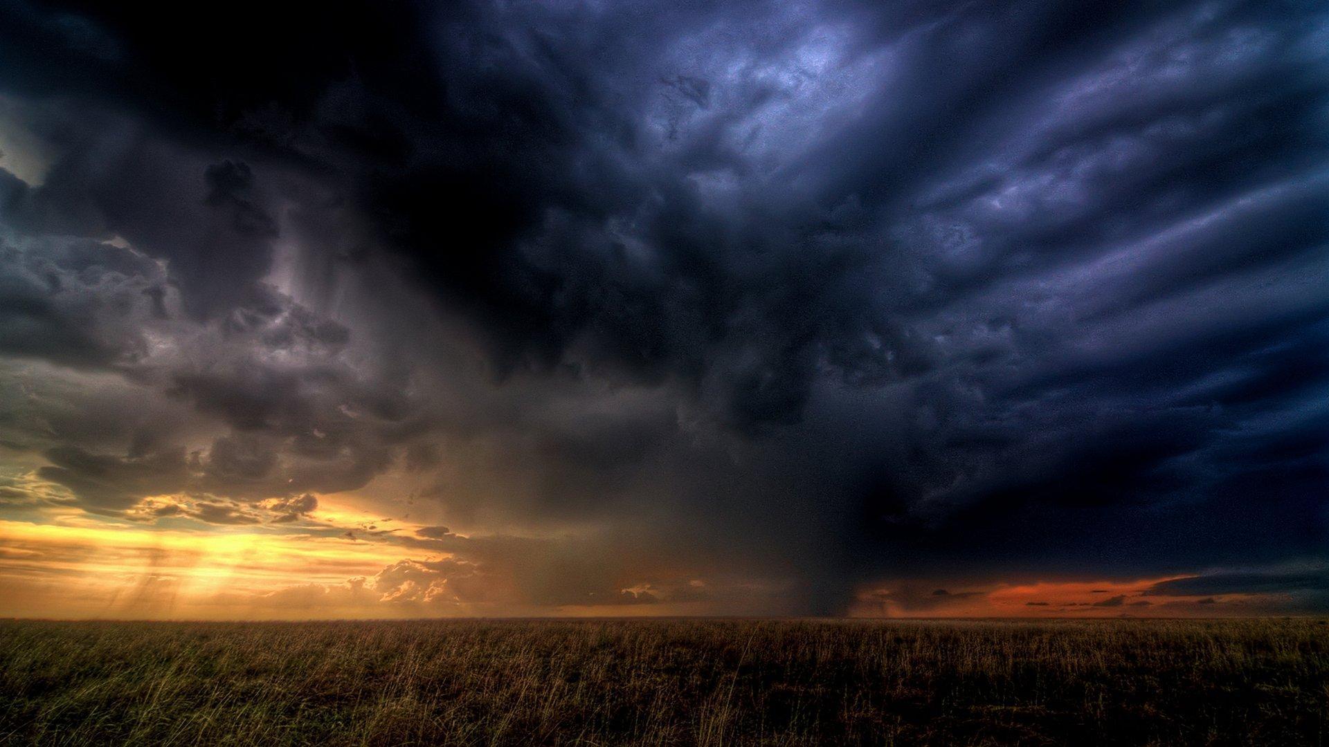 Cod portocaliu de furtuni! ANM a anunțat care sunt zonele vizate