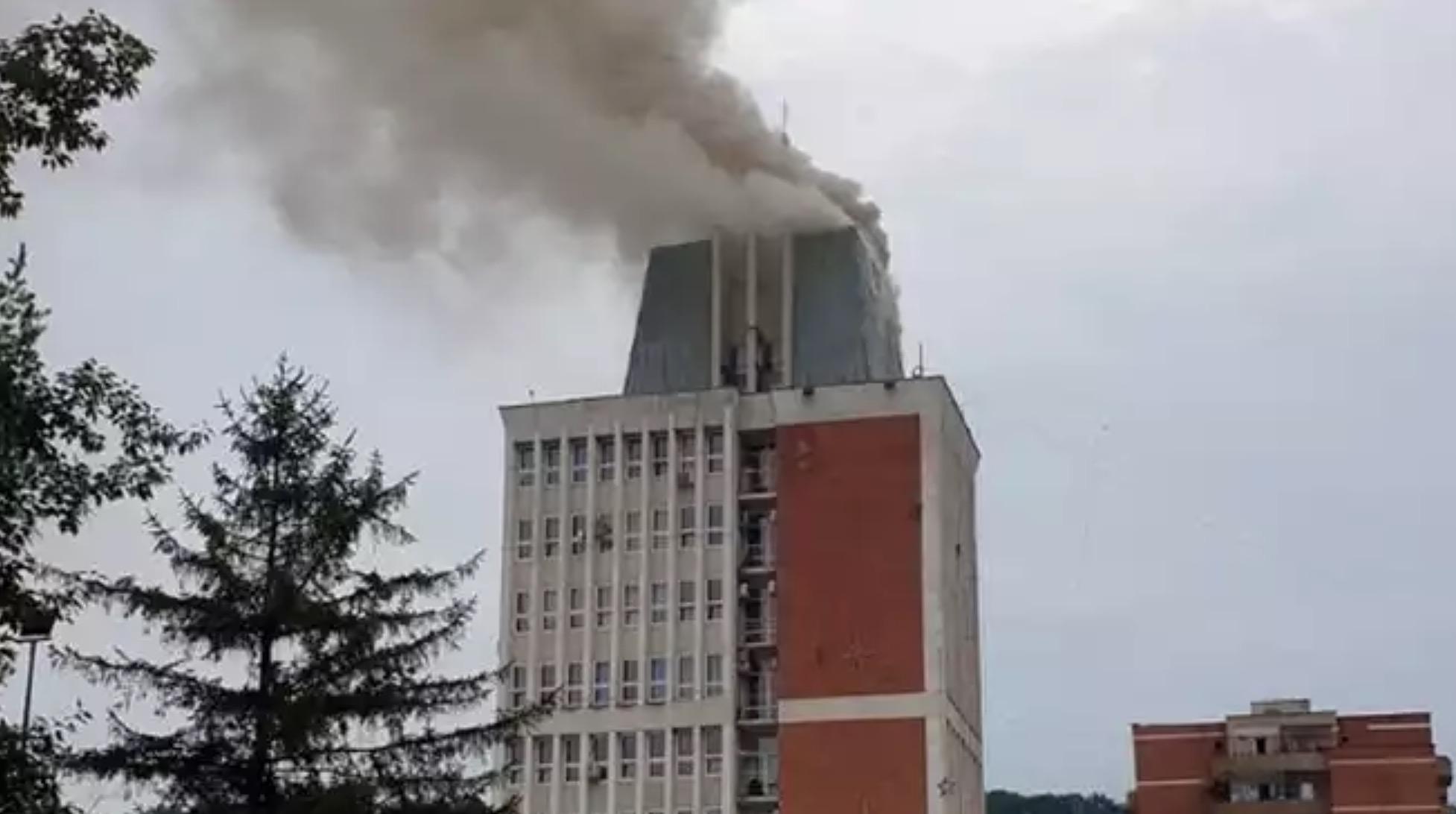 Sediul Consiliului Județean din Reșița a luat foc! Pompierii se deplasează la fața locului