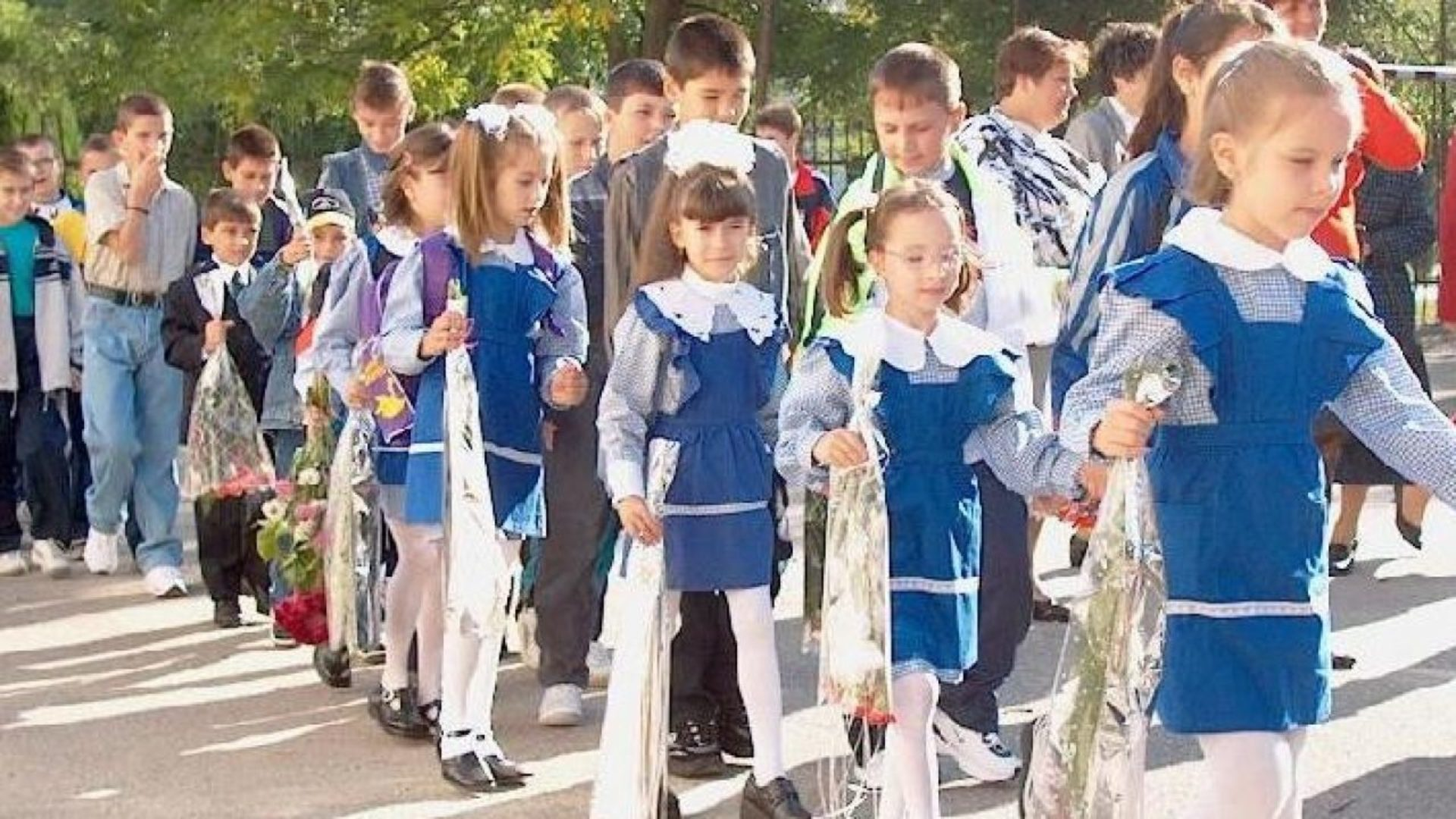 Uniforma devine obligatorie în școli. Câți bani vor primi elevii pentru a o achiziționa