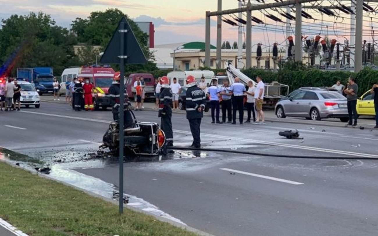 Scene incredibile pe o stradă din Buzău! O șoferiță a intrat cu mașina într-o motocicletă de Poliție care o urmărea