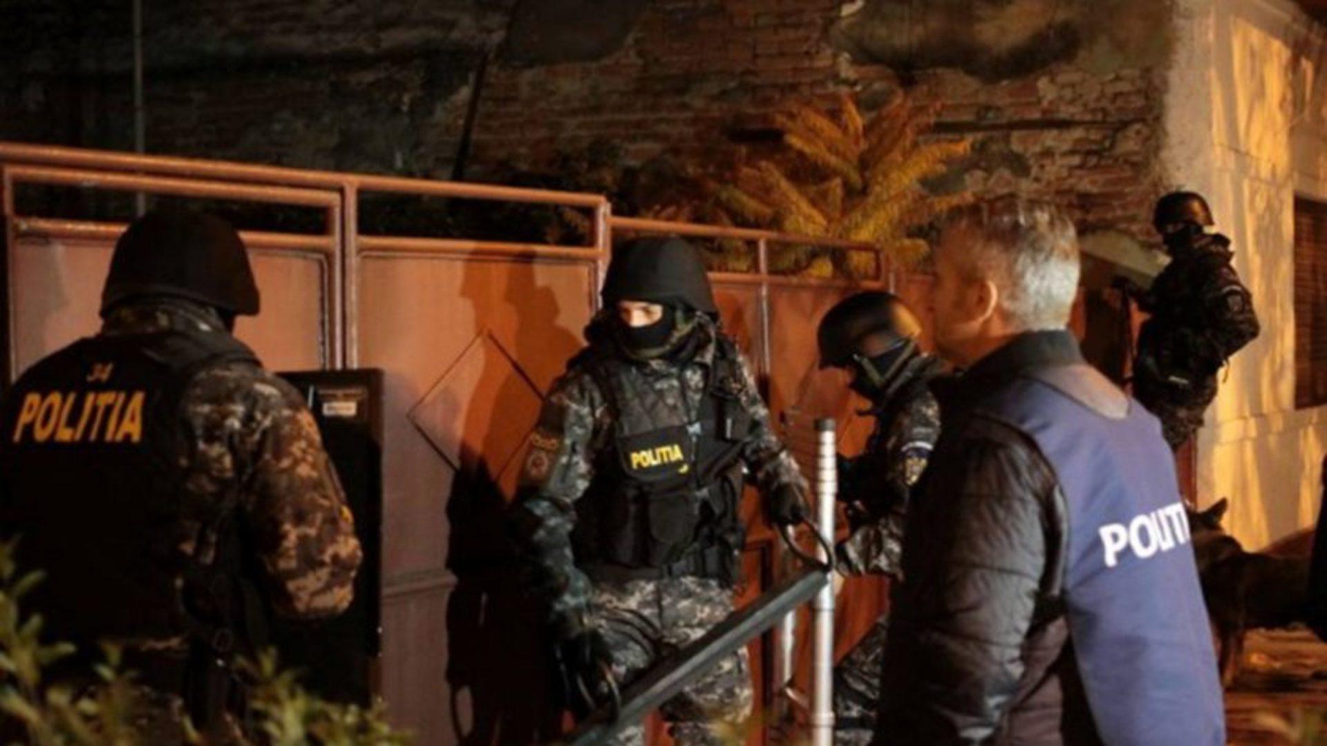 Atac sângeros în Dâmbovița. Doi polițiști au fost tăiați cu coasa și lăsați fără degete