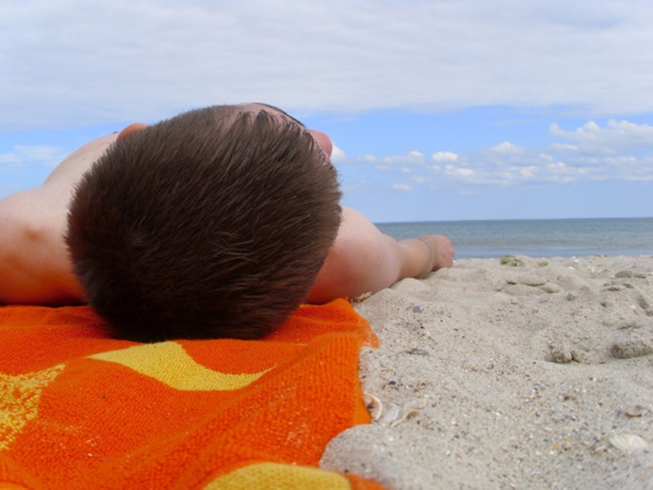 Bărbat prădat de hoți în timp ce dormea pe plajă la Costinești! A rămas în chiloți și șlapi