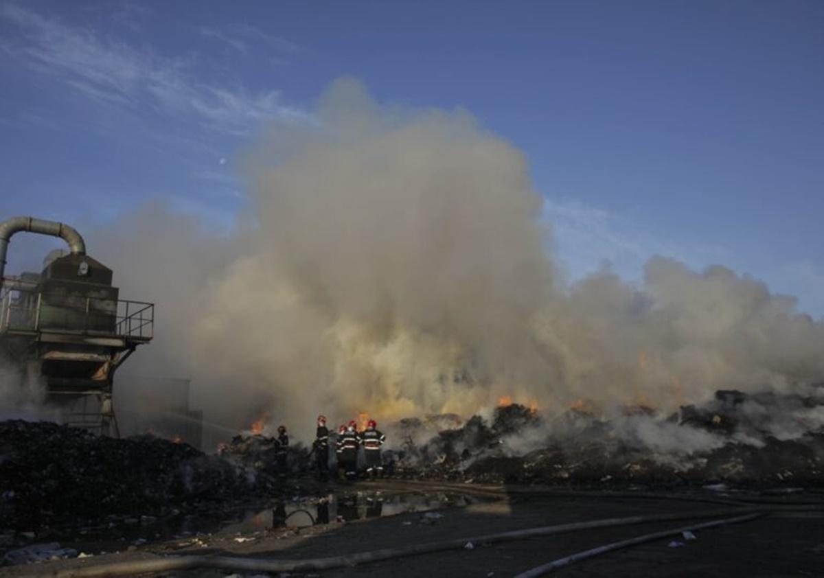 Incendiu puternic lângă fosta groapă de gunoi din Chitila (VIDEO)