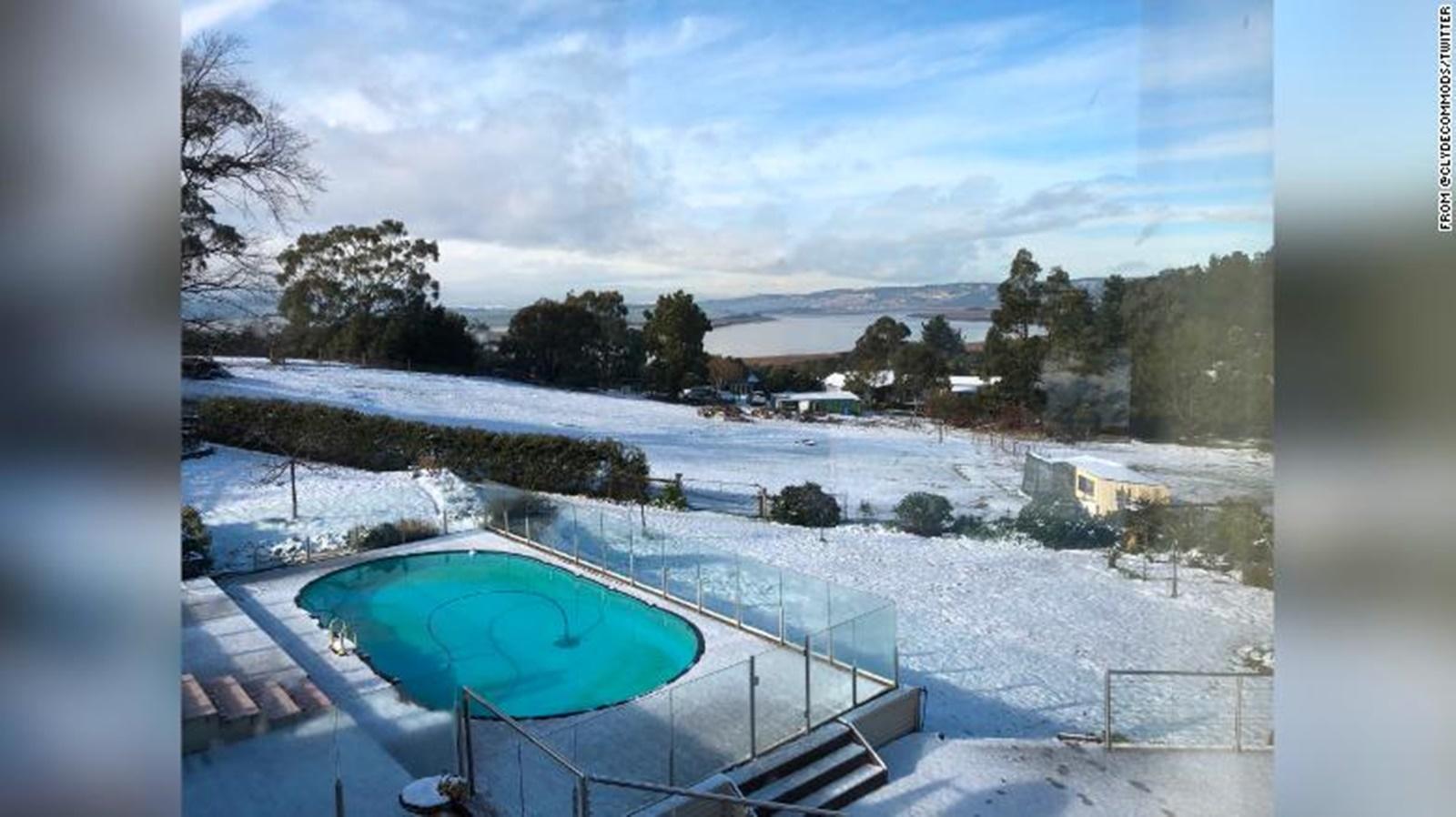 În Tasmania a nins pentru prima dată în 50 de ani! Încântați, oamenii au stat treji toată noaptea