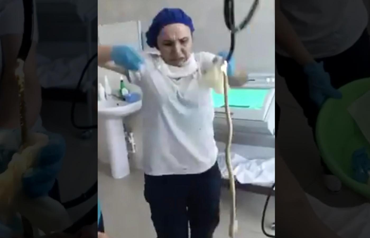 Șarpe de 1,2 metri scos de chirurgi din gura unei femei din Rusia! Este posibil așa ceva?