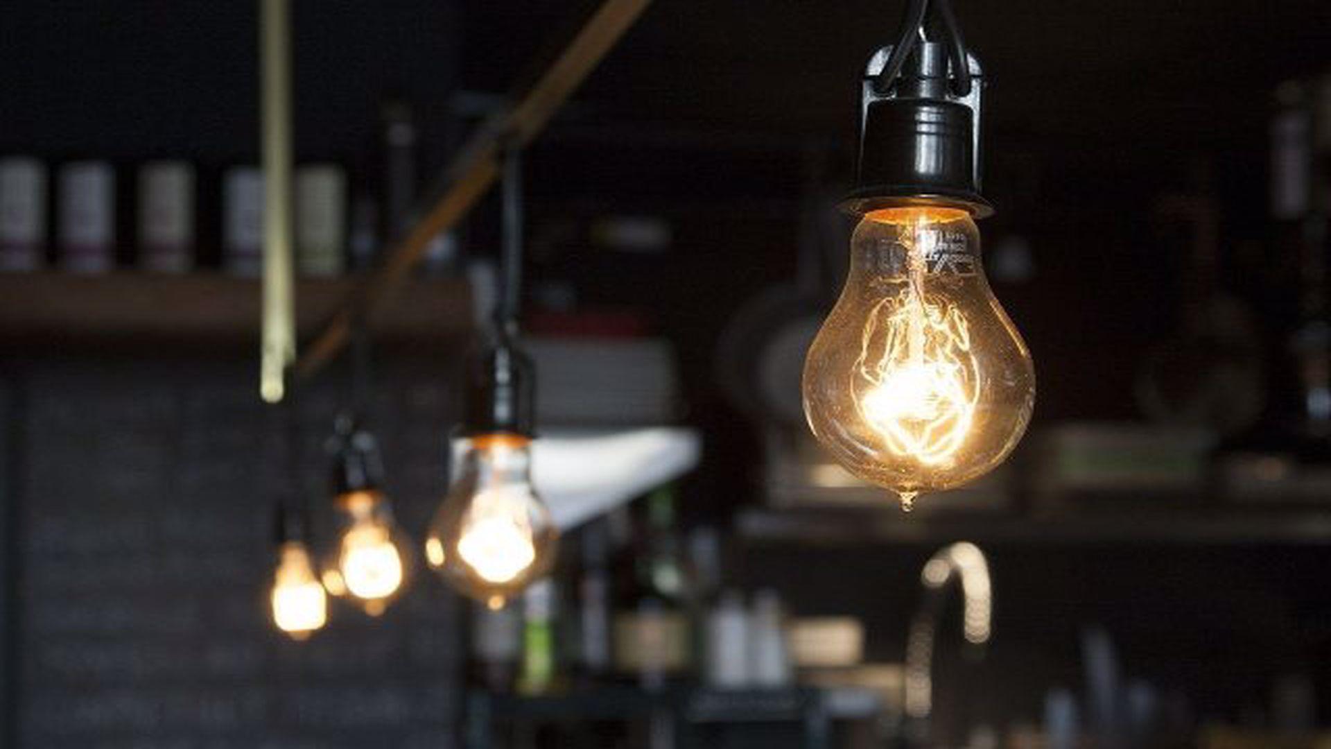 Preț energie electrică 2021: cât cresc facturile din 2021 la curent