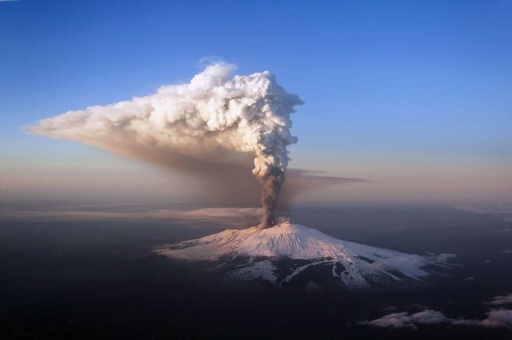 Unde se găsesc ultimii vulcani activi în Europa și cât de des erup aceștia