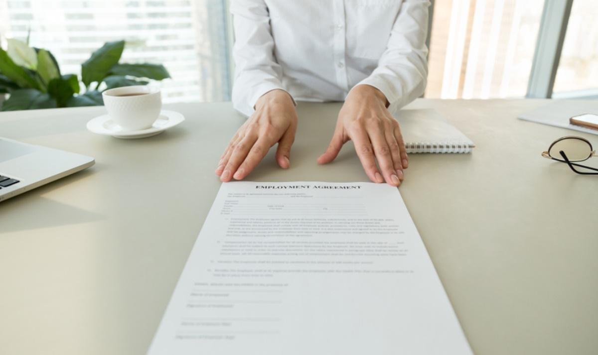Codul Muncii 2021. Află ce avantaje legale ai dacă ești angajat cu carte de muncă