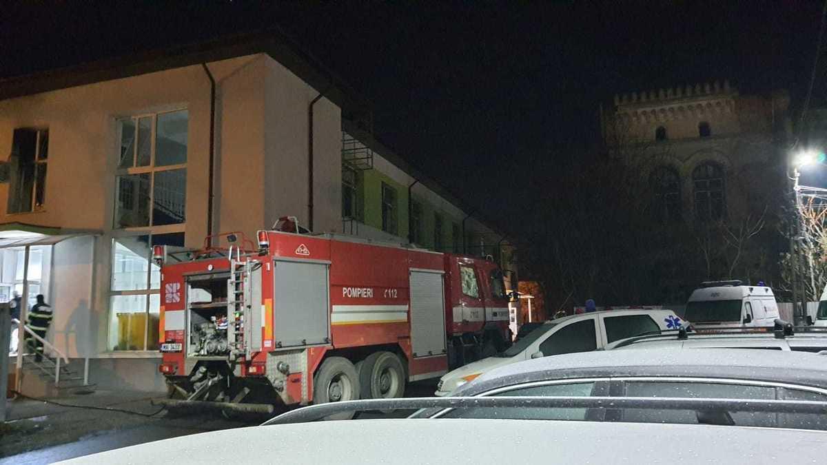 Arde spitalul de psihiatrie din Roman, pompierii ar fi găsit cauza
