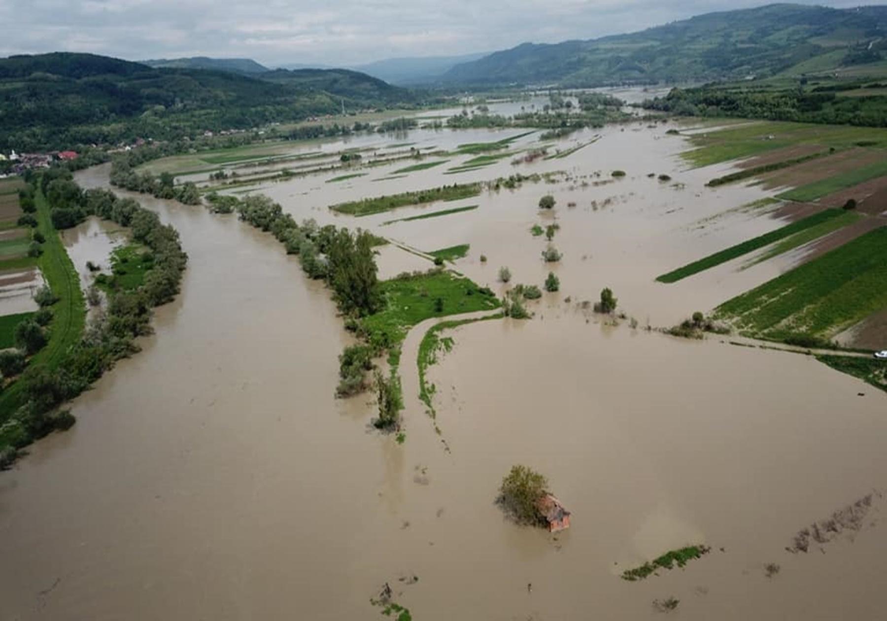 Cod roșu de inundații în trei județe din țară. Avertizarea meteorologilor