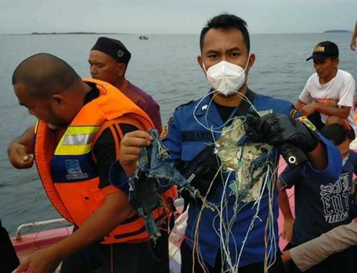 Primele imagini cu rămășițele avionului dispărut în Indonezia