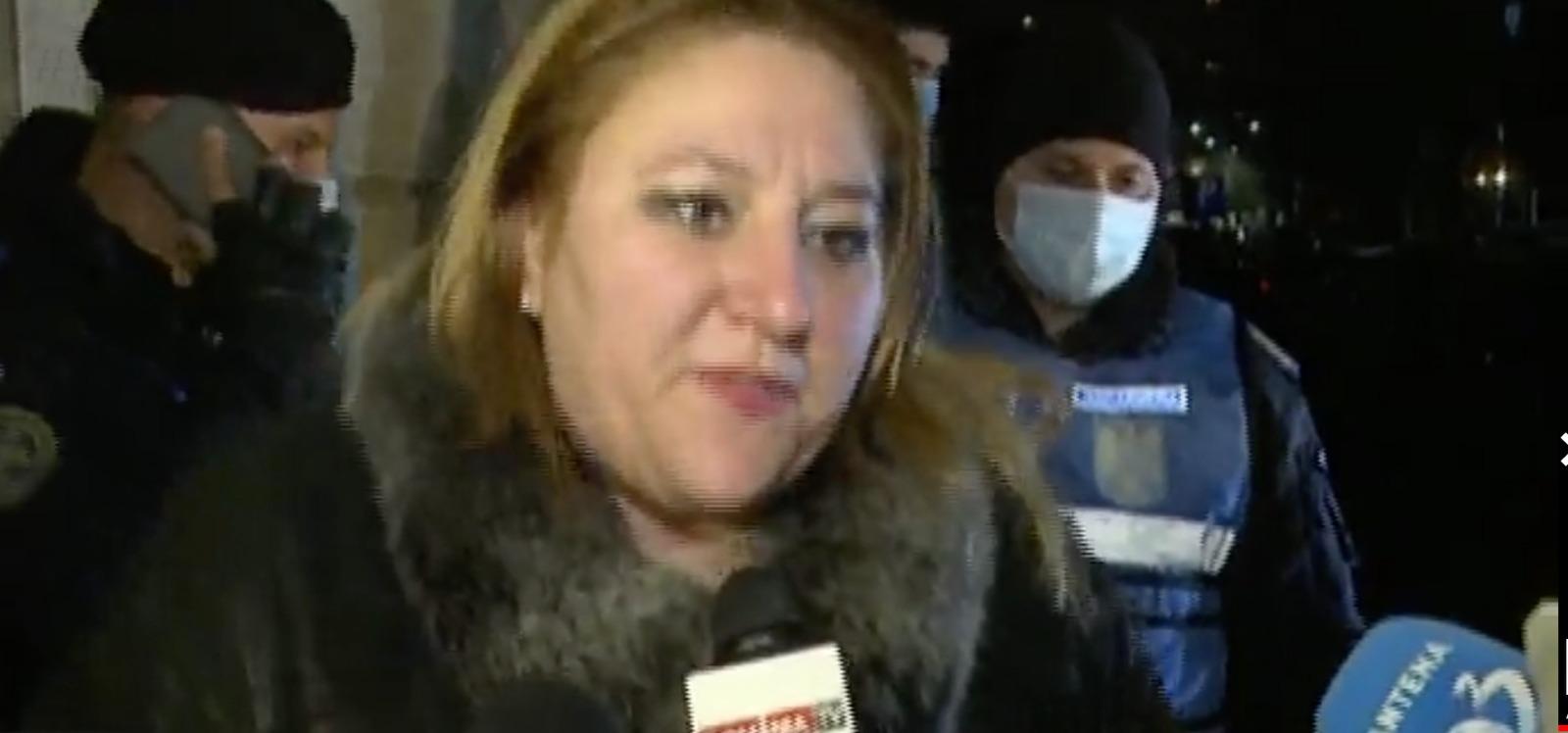 Senatoarea Diana Șoșoacă, scandal în Piața Revoluției. A chemat poliția la Ministerul Sănătății