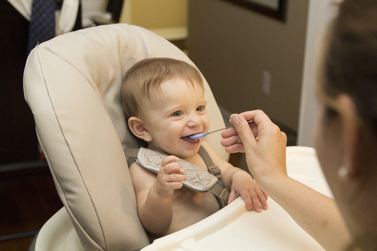 Cantități periculoase de metale grele toxice descoperite în mâncarea pentru bebeluși