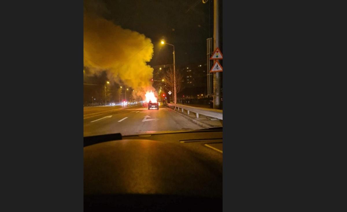 Mașină în flăcări pe un bulevard din Capitală. Intervin pompierii